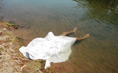 Se ahogó, tras caerse de su caballo a una cañada