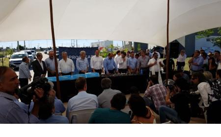 Gustavo Valdés junto a Rogelio Frigerio entregaron 40 viviendas en el barrio Santa Catalina