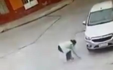 Una policía encontró una billetera y la dejó en la plaza, pero sin el dinero