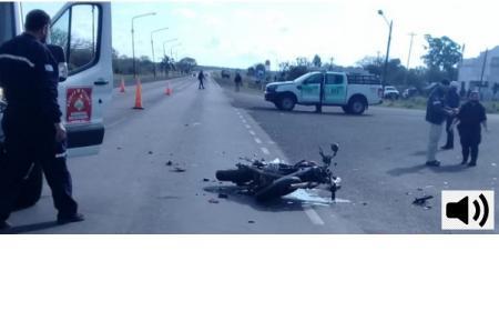 Chocaron un camión y una moto: Hay un muerto y un herido grave