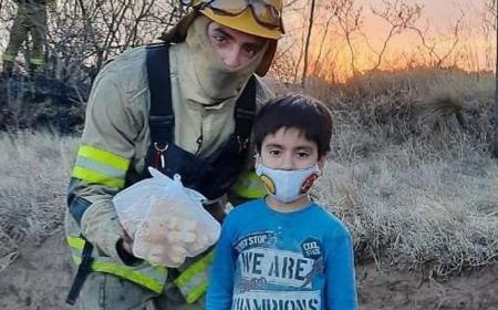 El emotivo gesto de un nene que gastó sus ahorros para comprarles galletas a los bomberos
